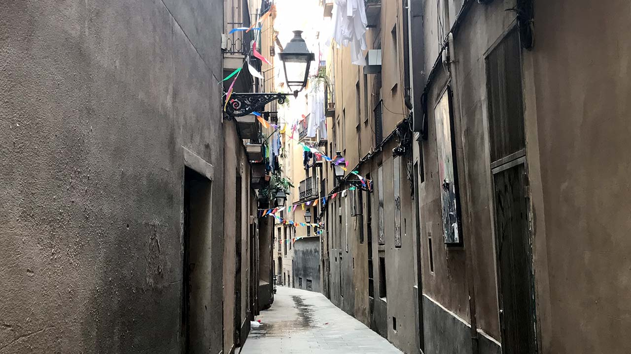 Sightseeing Barcelona's narrow back streets