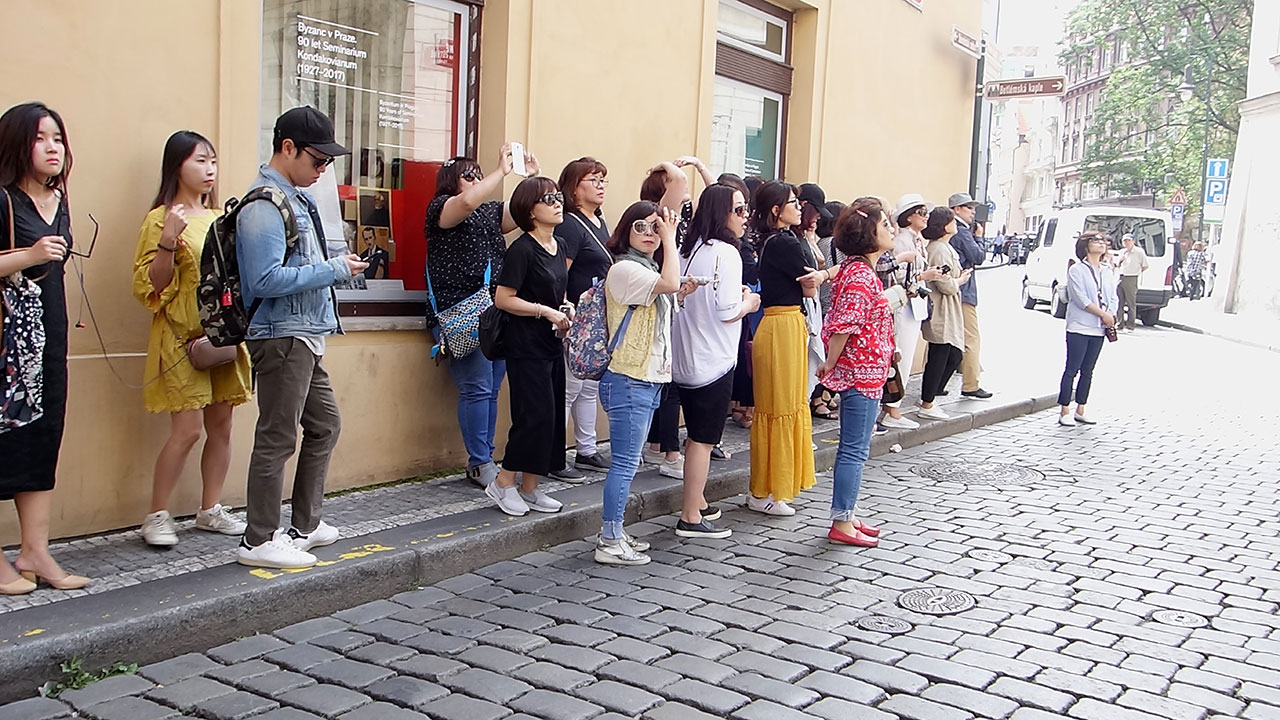 Walk to shops in Prague and spotting oriental tourists